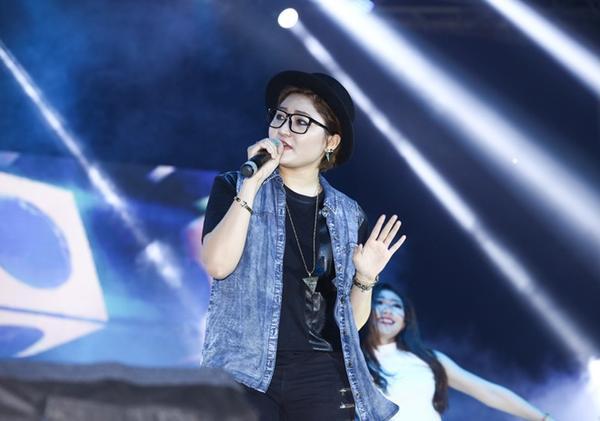 Vicky Nhung hát tiếp Nói đi mà - ca khúc đầu tay phát hành cách đây không lâu của cô.