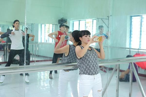 """Nữ diễn viên Vừa đi vừa khóc tranh thủ giúp Noo Phước Thịnh quay lại phần thực hiện các động tác vũ đạo để """"đàn em"""" tiện kiểm tra cũng như tập cho nhuần nhuyễn hơn."""