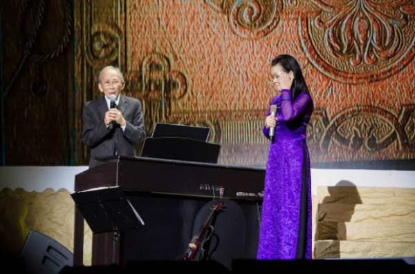 Nhạc sĩ Nguyễn Ánh 9 sẽ xuất hiện trên sân khấu để đệm đàn cho bà hát.