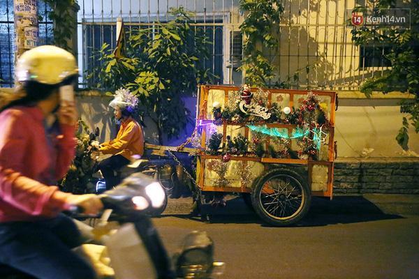 Chiếc xe rác được trang trí Giáng Sinh ngộ nghĩnh thu hút sự chú ý của người đi đường.