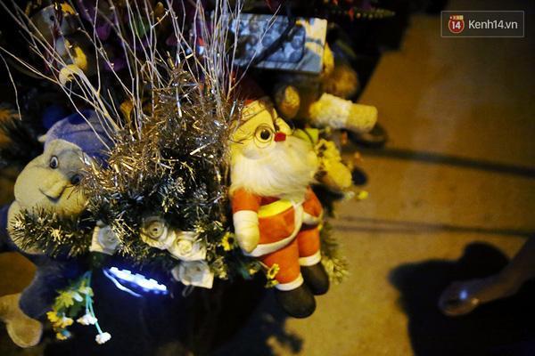 """Những con gấu bông, ông già Noel bằng bông được anh Tuấn """"chở"""" đi dạo phố khi Giáng Sinh về."""