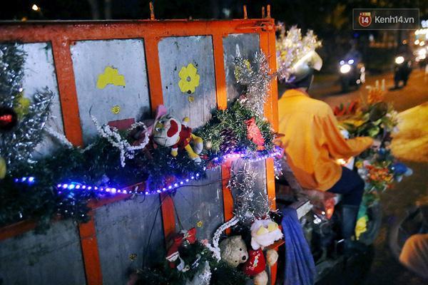 Giáng Sinh đã về trên thành phố và trên mọi nẻo đường mà chiếc xe rác lấp lánh ánh đèn của anh Tuấn đi qua.