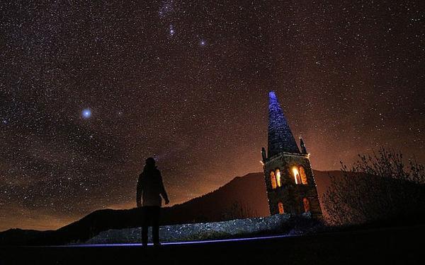 Một người dân ngắm hiện tượng thiên nhiên kỳ thú trên đồi Elva, ở thung lũng Maira, miền Trung Italy. Ảnh: Telegraph