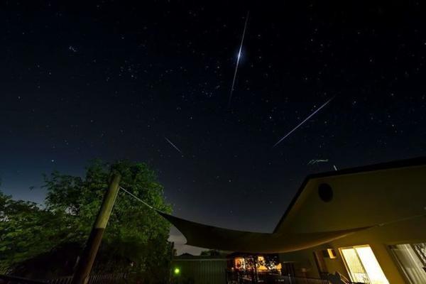 Khung cảnh tại thành phố Cairns, Australia đêm 14/12. Ở xứ chuột túi, mưa sao băng đạt đỉnh vào khoảng 2h30 ngày 15/12. Ảnh: ABC