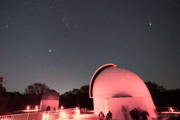 """Sergio Garcia Rill, một người dân, chụp ảnh sao băng tại Công viên quốc gia Brazos Bend, gần thành phố Houston, bang Texas, Mỹ vào đêm 14/12. """"Tôi chụp vài sao băng nhưng đây là vệt đẹp nhất. Nó giống quả cầu lửa trên bầu trời"""", Rill bình luận. Ảnh: Earth Sky"""