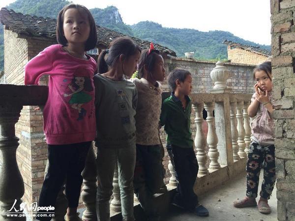 Một bé gái gọi điện thoại nói chuyện với mẹ. Có điện thoại là một thứ rất xa xỉ với người dân nghèo trong làng, nên mỗi khi em gọi cho mẹ, mấy đứa trẻ còn lại đều nhìn đầy ghen tị.