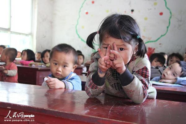 Hơn 95% học sinh trong trường tiểu học Gaida, thị trấn Luodian, tỉnh Tứ Xuyên là những đứa trẻ bị cha mẹ bỏ lại.