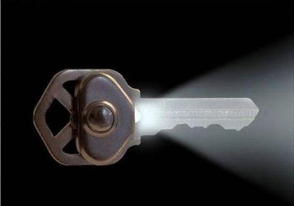 Chìa khóa phát sáng khi mở cửa trong bóng tối.