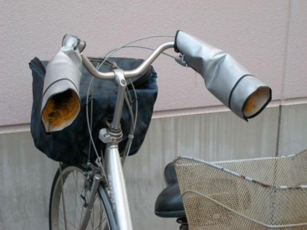 Găng tay lông thú gắn luôn trên ghi-đông xe đạp khi bạn phải đi học trong thời tiết lạnh buốt.