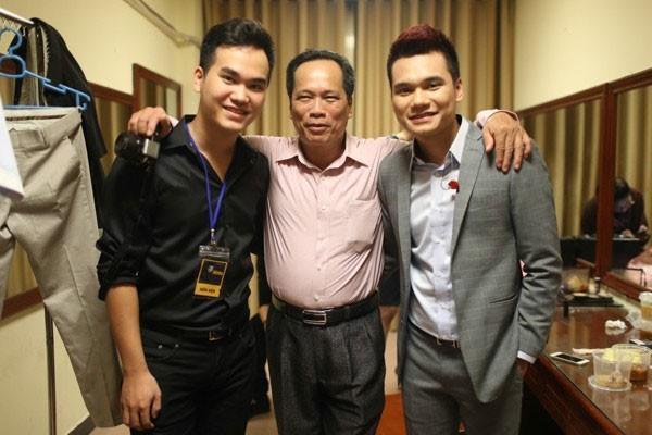 Khắc Hưng (trái) chụp ảnh cùng bố và anh trai Khắc Việt.