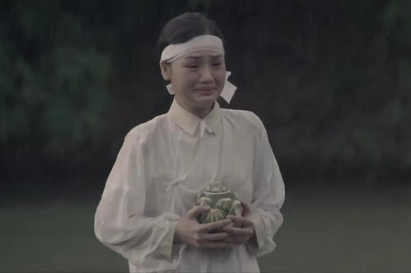 Hình ảnh người phụ nữ ôm trong tay lọ hài cốt của người bạn đời từng trở thành biểu tượng lịch sử, của đau thương và mất mát