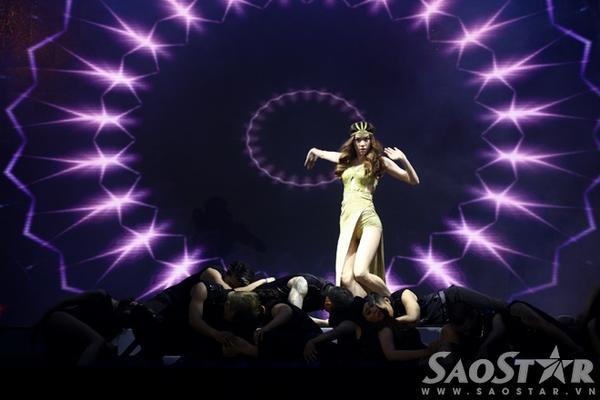 """Vẫn phong cách thời trang du mục quen thuộc trong thời gian gần đây, Hồ Ngọc Hà trình bày lại bài hát Destiny. """"Nữ hoàng giải trí"""" của showbiz Việt có những màn vũ đạo ấn tượng kết hợp cùng đèn Led."""