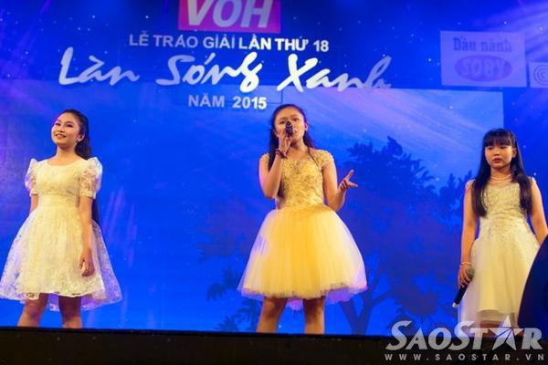 Hà Vi, Trâm Anh và Ngọc Phụng - 3 học trò của nhạc sĩ Dương Khắc Linh ở Giọng hát Việt nhí 2015 trình bày ca khúc Thằng Cuội.