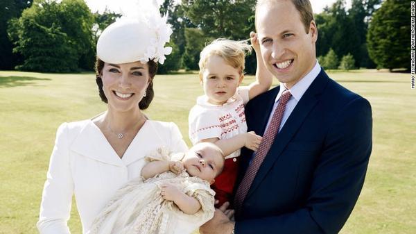 Bức ảnh gia đình Hoàng tử William chụp hồi tháng 7 trong lễ rửa tội của Công chúa Charlotte.