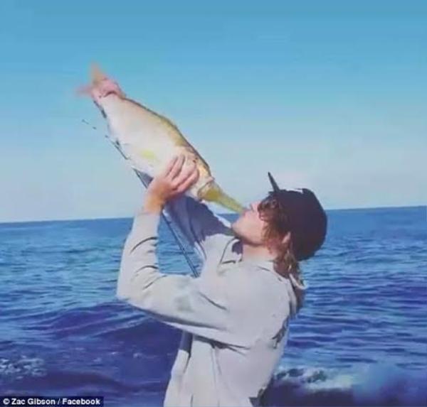 Người đàn ông này tham gia trào lưu bằng việc uống bia với đồ giữ chai bằng cá độc đáo.