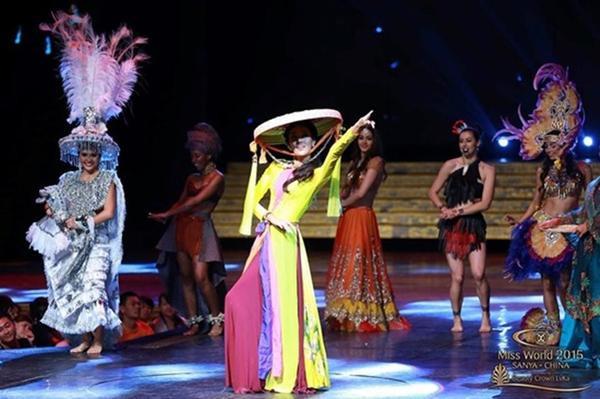 Lan Khuê để lại dấu ấn trong phần thi tài năng trong trang phục áo tứ thân và nón quai thao.