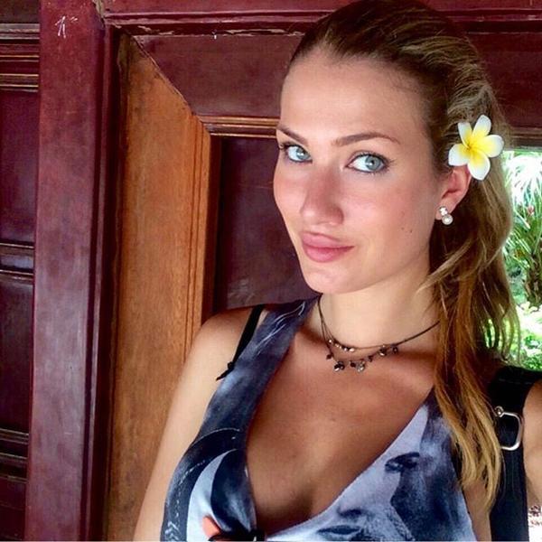 Mireia Lalaguna Royo điệu đà gắn hoa lên tóc khi selfie ở một khu nghỉ dưỡng ở Ninh Bình.