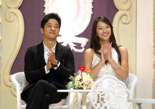 Nam ca sĩ Alex và người đẹp màn ảnh Shinae đều đã có tình yêu riêng nhưng thời điểm họ là vợ chồng trong We Got Married trở thành hình mẫu cặp đôi lý tưởng với khán giả. Trong khi Alex là người lãng mạn thì Shinae thuộc tuýp người chu đáo.