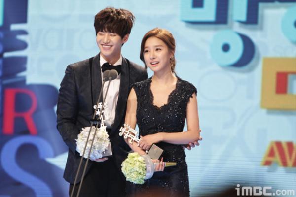 Những câu nói của mỹ nam màn ảnh dành cho cô vợ hờ họ Kim đầy yêu thương và lãng mạn. Còn Kim So Eun là hình mẫu người vợ nữ tính nhưng cũng rất nghịch ngợm. Họ từng đoạt giải Cặp đôi đẹp nhất nhờ sự ăn ý.