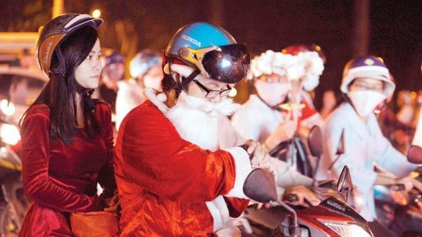 Đi giao quà vào giờ cao điểm thường hay bị kẹt, ông già Noel nóng ruột liên tục xem đồng hồ vì sợ trễ giờ trao quà cho các bé.