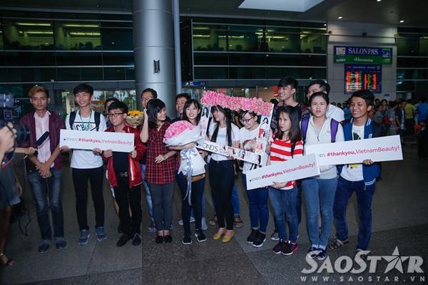 Các fan đứng chờ Lan Khuê ở sân bay từ rất sớm.