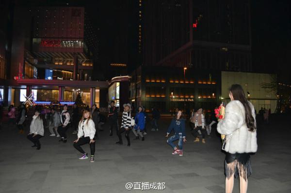 Mở màn buổi cầu hôn lãng mạn là nhóm nhảy flash mob sôi động.