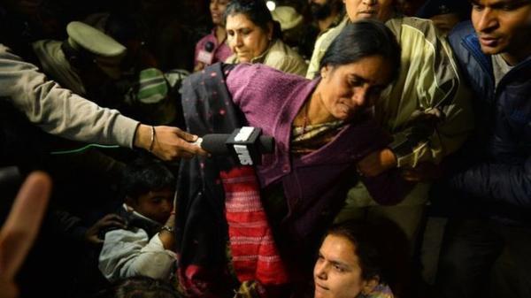 Mẹ của nạn nhân trong nhóm biểu tình bị cảnh sát tạm giữ.