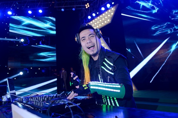 Tiếp đấy, các khán giả được dịp quay cuồng trong những âm thanh điện tử bắt tai và cực kỳ thời thượng của DJ Wang Trần và những thành viên đến từ DMC Saigon.