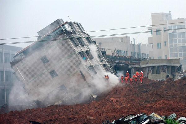 ss-151220-china-shenzhen-landslide-09_2dd43e9307b085d565466a6e8155deee.nbcnews-ux-2880-1000