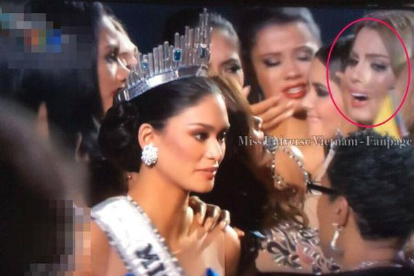Cô đội vương miện nhưng gần như bị ngó lơ trên sân khấu.