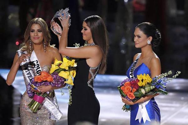 Đây có lẽ là giây phút mà cựu Hoa hậu Hoàn vũ 2014 đau lòng nhất khi lấy vương miện xuống...