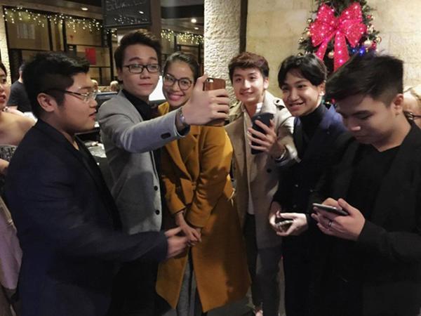 Một số khán giả Việt Nam có mặt tại nhà hàng nhanh chóng nhận ra và xin chụp ảnh lưu niệm cùng người đẹp.