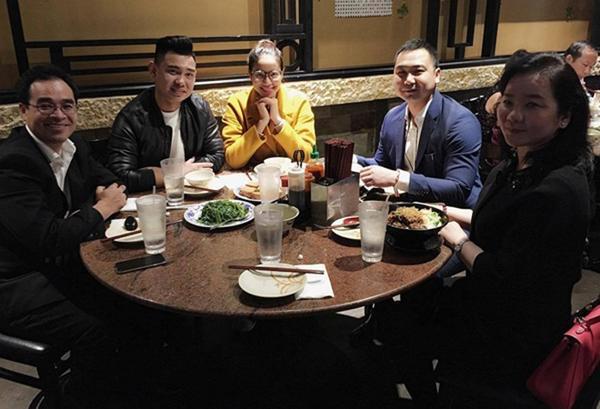Phạm Hương ăn vận giản dị đi ăn cùng những người bạn.