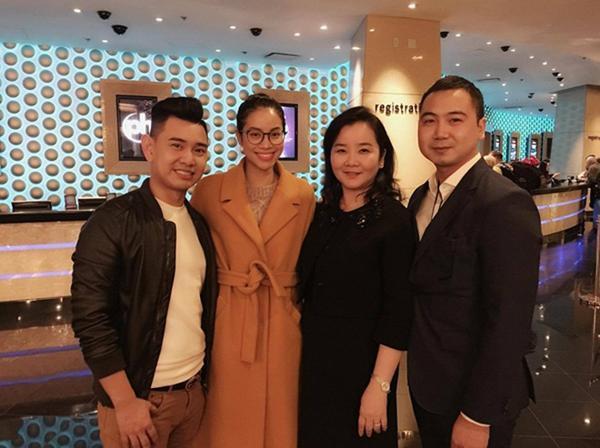 Hoa hậu Hoàn vũ Việt Nam 2015 cùng chuyên gia trang điểm Huỳnh Lợi (trái) và bà Xuân Trang - giám đốc trường John Robert Powers.
