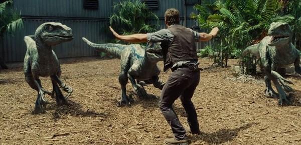 Đối lập với độ hoành tráng của Jurassic World là một kịch bản đi theo lối mòn.
