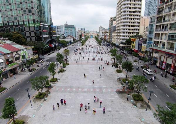 Sau một năm tạm dời đến đường Hàm Nghi, đường hoa Tết Bính Thân 2016 năm nay được tổ chức trên phố đi bộ Nguyễn Huệ (quận 1, TP HCM). Thời gian thi công khoảng 11 ngày, từ 7h ngày 26/1/2016 (17 tháng Chạp Âm lịch) đến 18h ngày 5/2/2016 (27 tháng Chạp Âm lịch). Ảnh: Lê Quân.