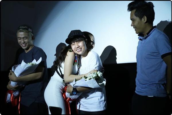 Bảo Anh dành thời gian tặng hoa và cám ơn đạo diễn Đinh Hà Uyên Thư cũng như ê-kíp.