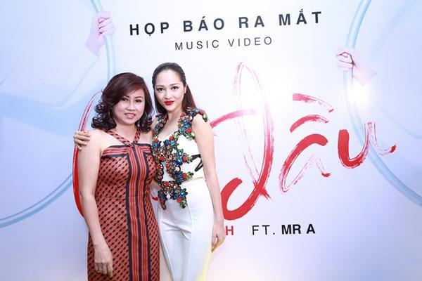 Mẹ Bảo Anh cũng có mặt để chúc mừng cô con gái cưng.