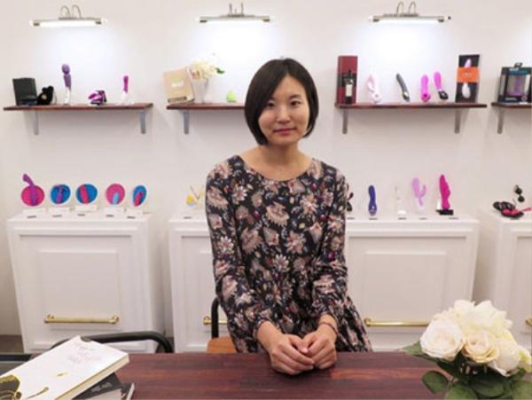 Choi đã dẹp bỏ mọi định kiến và quyết định bỏ việc làm báo tự do, cùng với Eura Kwak lập ra Pleasure Lab.