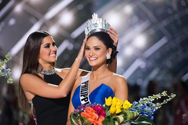 Theo Perez Hilton, cả bốn giám khảo đều chấm đại diện Philippines là Hoa hậu Hoàn vũ 2015.