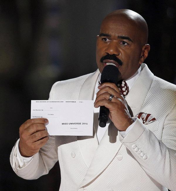 MC Steve Harvey và tấm thẻ có chứa thông tin top 3 tại Hoa hậu Hoàn vũ 2015.