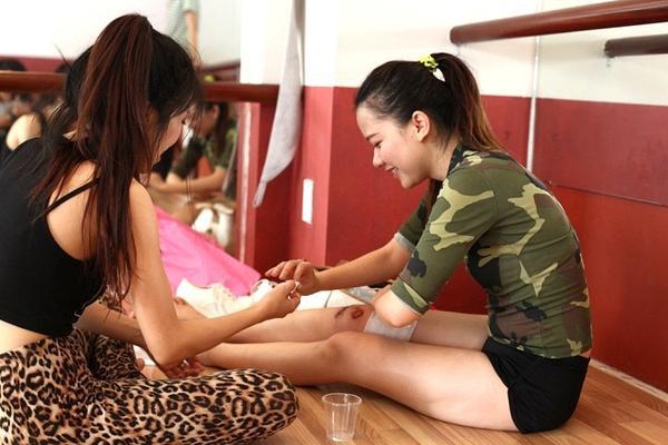 Băng Di bị chấn thương ở chân nhưng vẫn đến tập cùng ca sĩ Trang Pháp