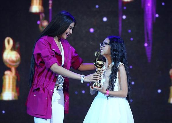 Phương Mỹ Chi nhận cúp Zing Music Awards 2013 từ á hậu Trương Thị May.