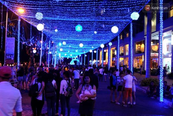 Hệ thống đèn màu xanh để chào đón sự kiện Giáng sinh năm nay.