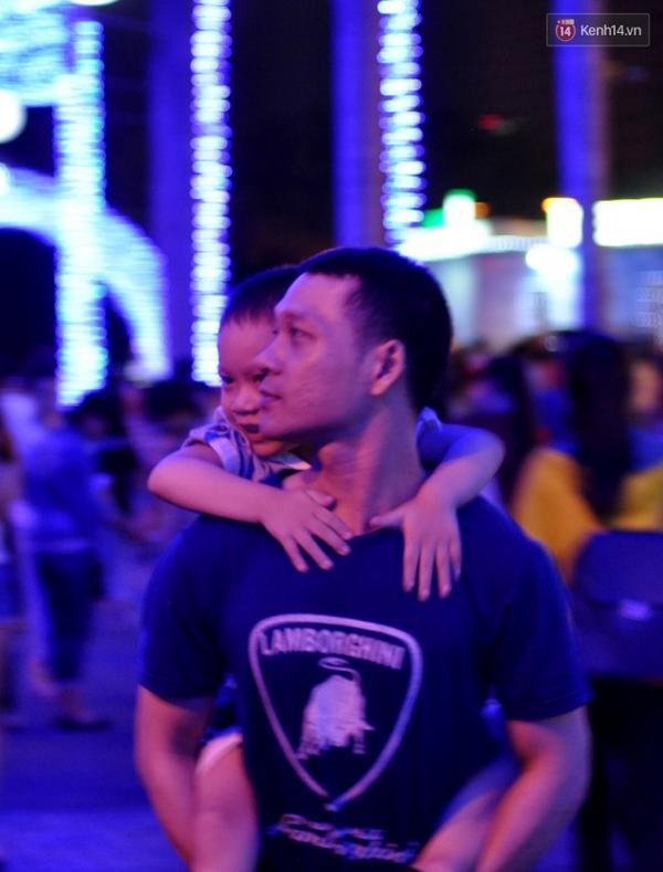 Cha cõng con dạo bước trên con đường của sự yêu thương và sẻ chia.