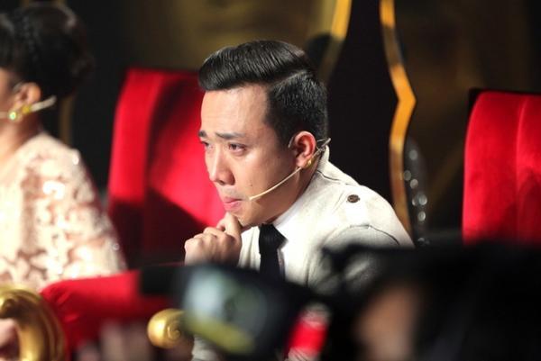 1. Tran Thanh khoc truoc man trinh dien cua 2 ban than (3)