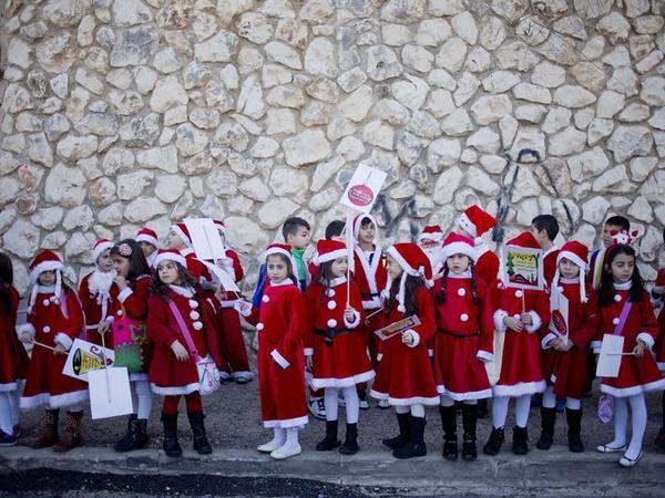trẻ em israel chờ bắt đầu tuần hành giáng sinh hàng năm tại thành phố nazareth