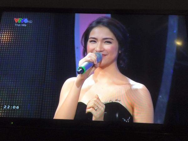 Dòng chữ Nguyễn Công Phượng được xăm trên ngực Hòa Miny vô tình lộ rõ trên sóng truyền hình.