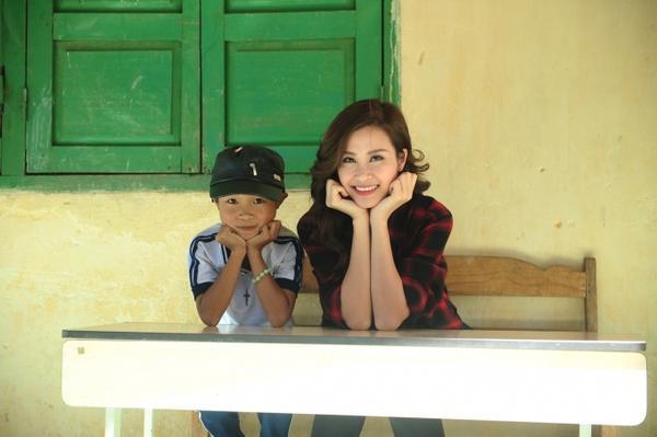 Trước đó, Đông Nhi cũng đã đến thăm quan nơi giảng dạy (trường tiểu học Phi Liêng) và căn nhà cũ của cô giáo dân tộc.