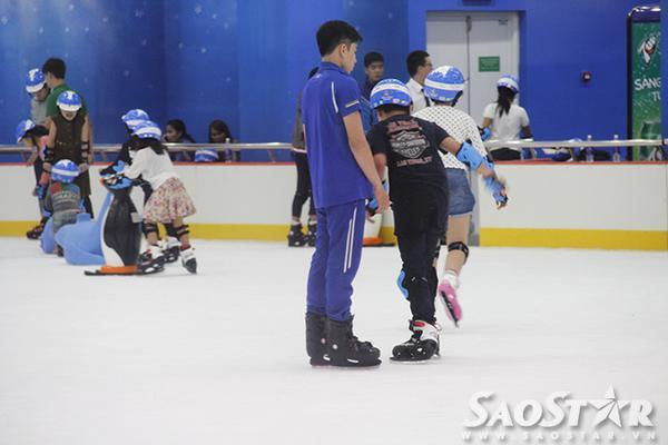 Nhân viên sân trượt cũng túc trực trong sân để giúp khách tập trượt băng. Sân trượt băng này sẽ là điểm đến lý tưởng giúp các bạn thử sức với môn trượt băng nghệ thuật và thư giãn những ngày cuối tuần trong bầu không khí mát mẻ.